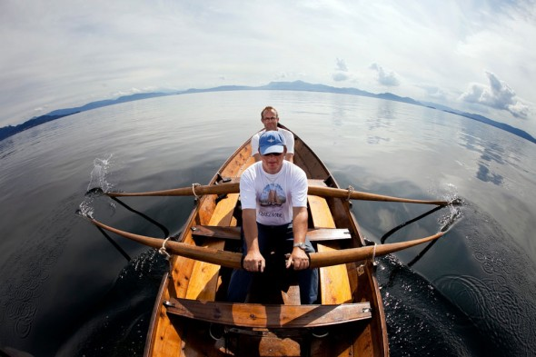 Simon og Hallgeir Bjørnevik testrodde Oselveren på Bjørnefjorden. Foto: Bjørn Erik Larsen/Bergens Tidende